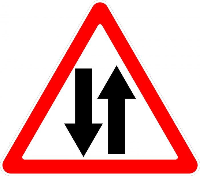 Дорожный знак стрелка на синем фоне направо
