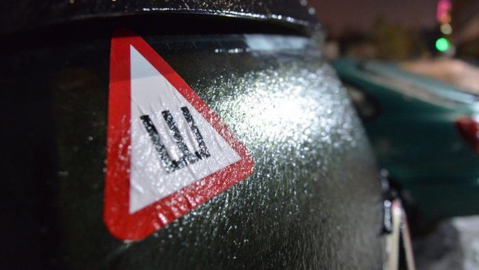 знак шипы на авто