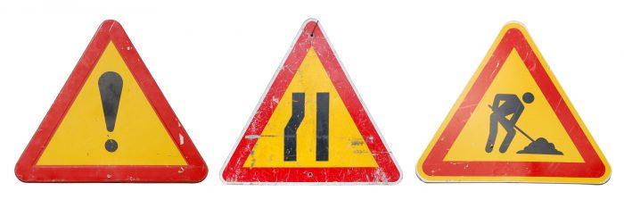 на дороге сужение знак