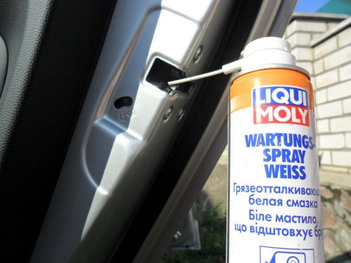 смазать двери автомобиля