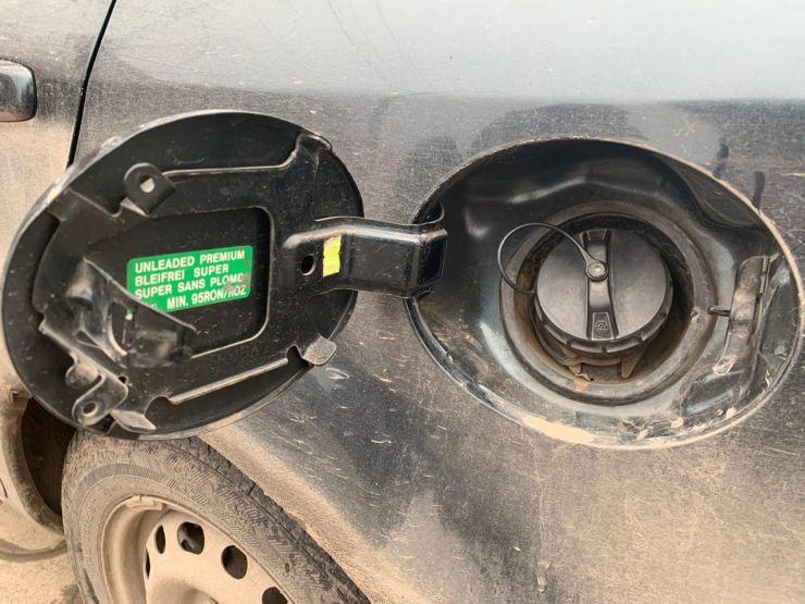 сливать бензин из бака