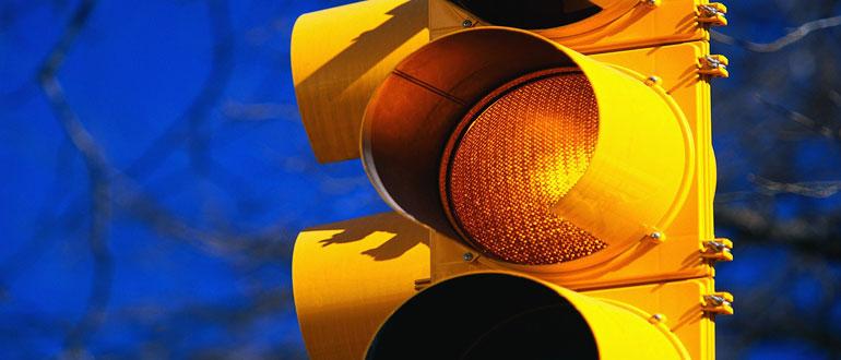 Что означает желтый мигающий сигнал светофора: нарушение и штраф