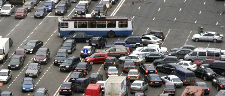 поворот-главной-дороги-на-перекрестке