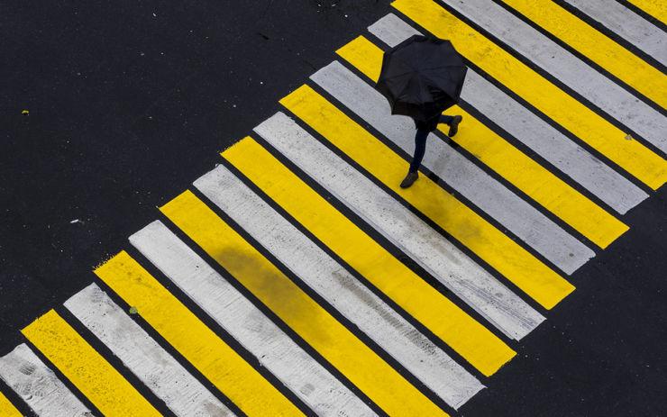 уступать пешеходу