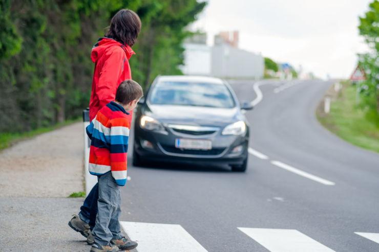 уступить пешеходам